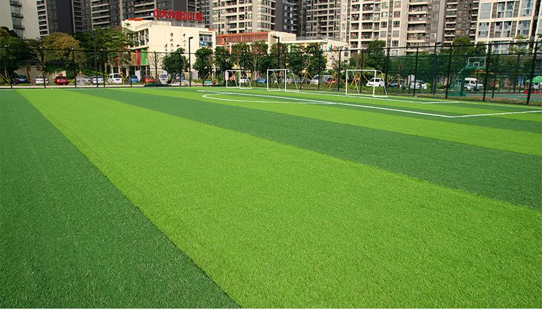 人造草坪翻晒和擦洗